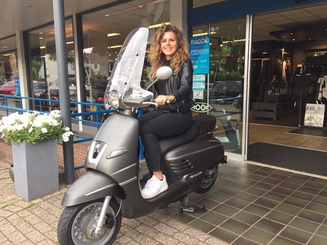 Angelique is blij met haar nieuwe Peugeot Django 25 km