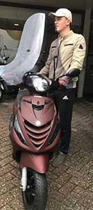 Zip de meest verkochte scooter, wat gaaf in het mat rood