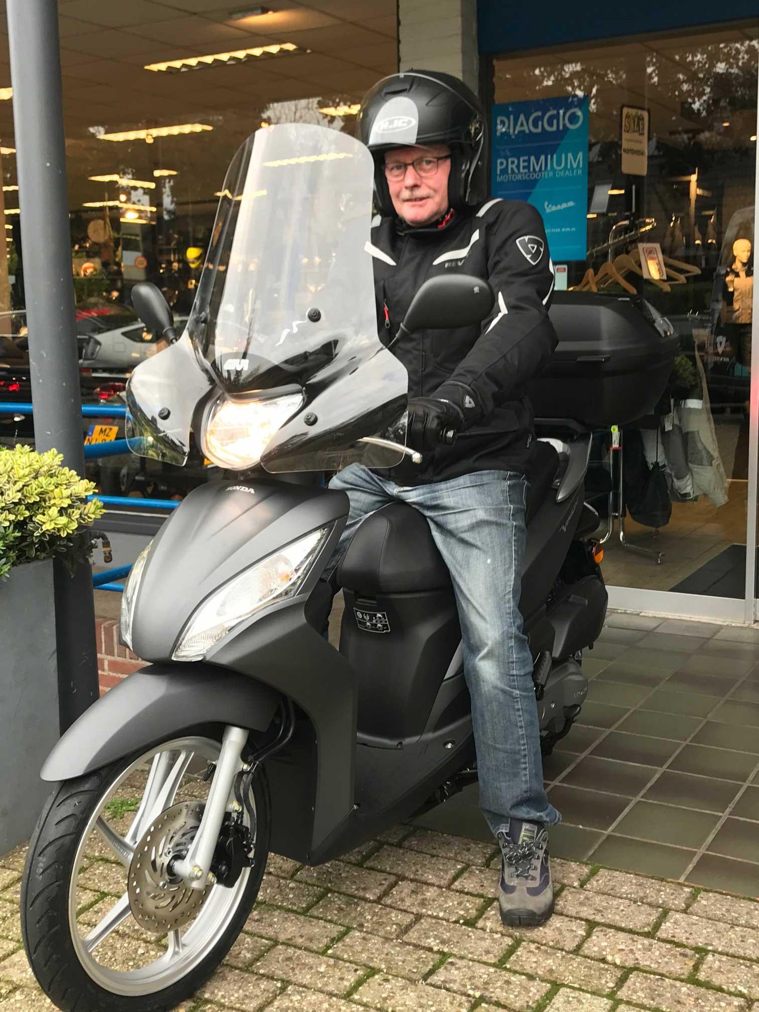 Meneer Janssen; nieuwe baan, nieuwe Honda Vision 45 km