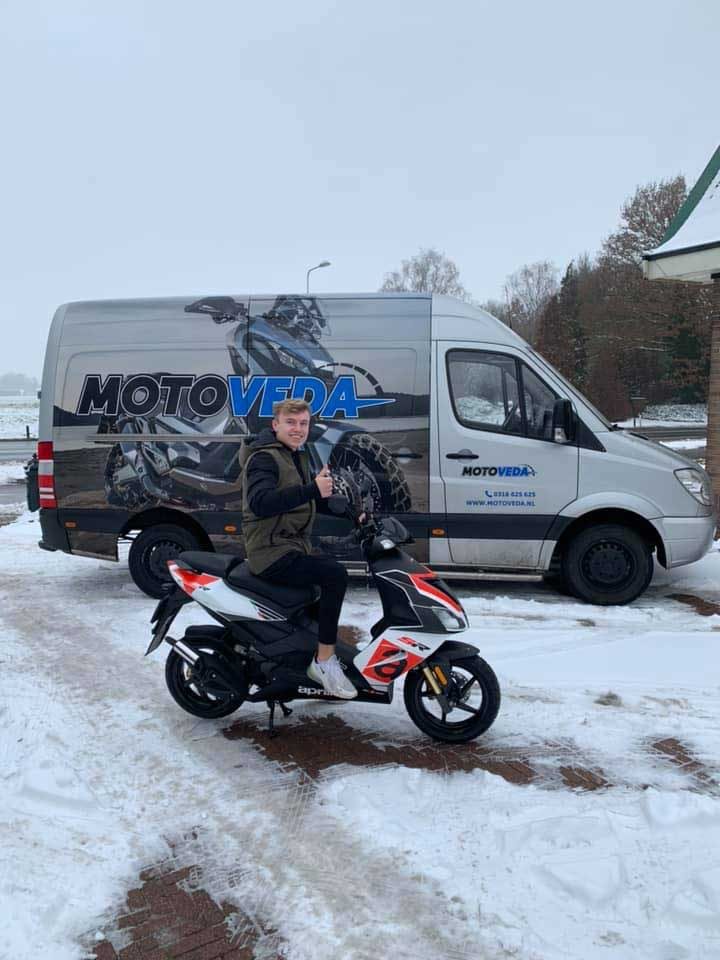 Julian op zijn nieuwe Aprilia scooter